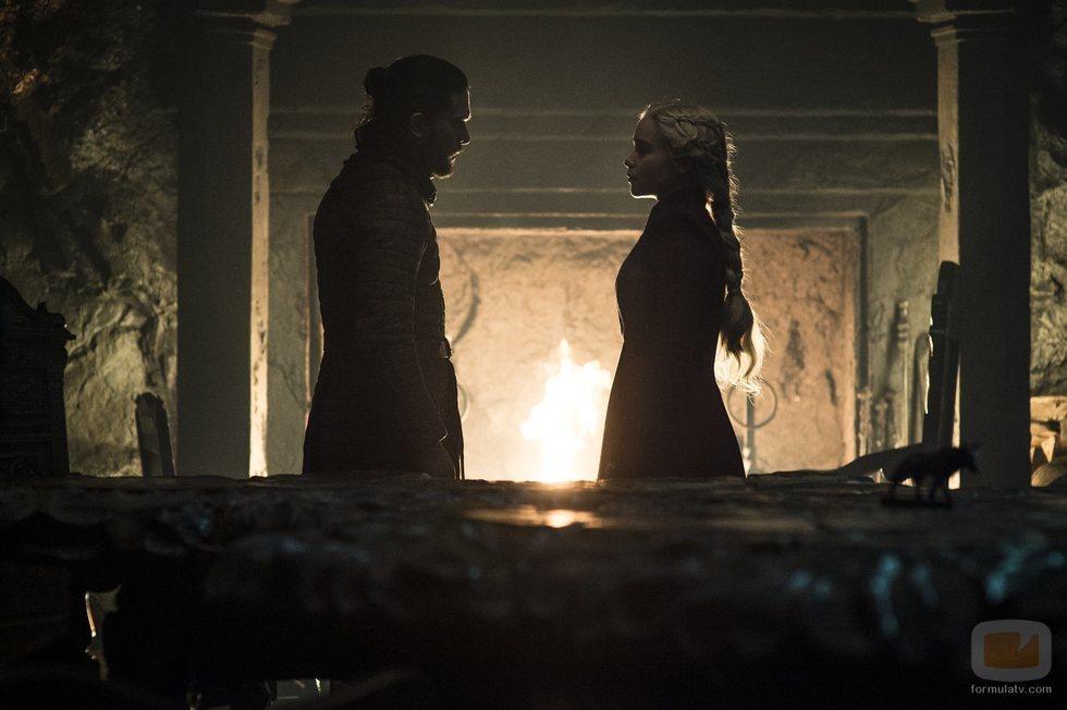 Jon Nieve y Daenerys Targaryen frente a una chimenea en el 8x05 de 'Juego de Tronos'