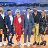 Miki Núñez junto a sus bailarines en la alfombra naranja de Eurovisión 2019
