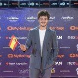 Miki Núñez posando en la alfombra naranja de Eurovisión 2019