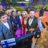 Miki Núñez y sus bailarines hablando con la televisión finlandesa en la Welcome Party de Eurovisión 2019
