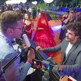 Miki Núñez hablando con un medio suizo en la alfombra naranja de la Welcome Party de Eurovisión 2019