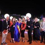 Jonida Maliqi y su equipo, en la alfombra naranja de Eurovisión 2019