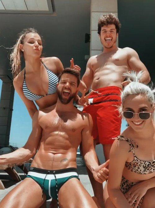 Miki Núñez, en bañador junto a sus bailarines de Eurovisión 2019 en Tel Aviv