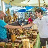 Miki Núñez saluda a un artesano en un mercado de Tel Aviv