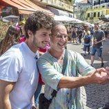 Miki Núñez posando con un hombre para una foto en los mercados de Tel Aviv