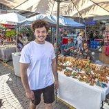 Miki Núñez posando junto a un puesto de artesanía en los mercados de Tel Aviv