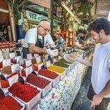 Miki Núñez, frente a un puesto de especias en los mercados de Tel Aviv