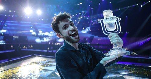 Duncan Laurence posa con el micrófono de cristal tras ganar Eurovisión 2019