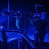 Un soldado apunta con su arma en 'La valla'