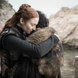 Sansa Stark abraza a Jon durante el 8x06 de 'Juego de Tronos'