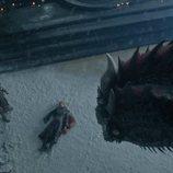 Daenerys Targaryen yace muerta ante Jon Snow mientras Drogon mira en el 8x06 de 'Juego de Tronos'