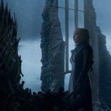Daenerys observa el Trono de Hierro tras haberlo conquistado en el 8x06 de 'Juego de Tronos'