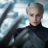 Daenerys Targaryen de 'Juego de Tronos' contempla las puntiagudas espadas del Trono de Hierro en el 8x06
