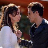 Ferhat Aslan y Asli Çinar juntos, en 'Amor en blanco y negro'