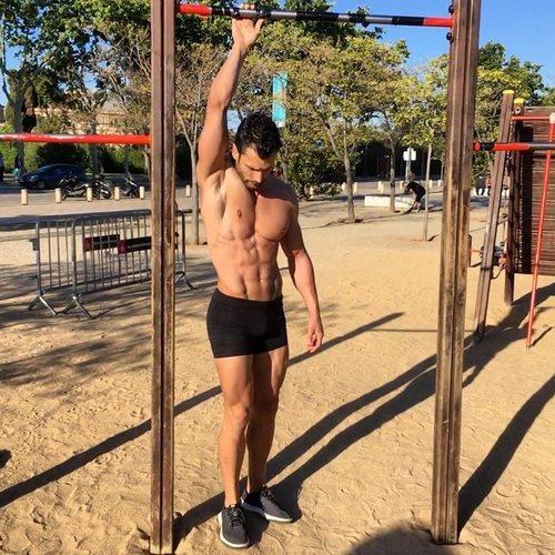 Jorge Pérez, concursante de 'Supervivientes 2020', entrenando con el torso desnudo