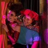 Ruth y Carmen miran entre bambalinas su espectáculo en la tercera temporada de 'GLOW'