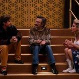 Bash y Sam hablan con Debbie en una escalera en la tercera temporada de 'GLOW'