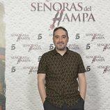 Alfonso Lara posa ante los medios en la presentación de 'Señoras del (h)AMPA'