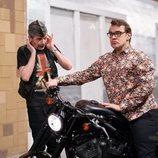 Bruno prueba a conducir una moto en el 11x07 de 'La que se avecina'