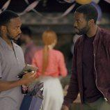 Anthony Mackie y Yahya Abdul-Mateen II en el 5x01 de 'Black Mirror'