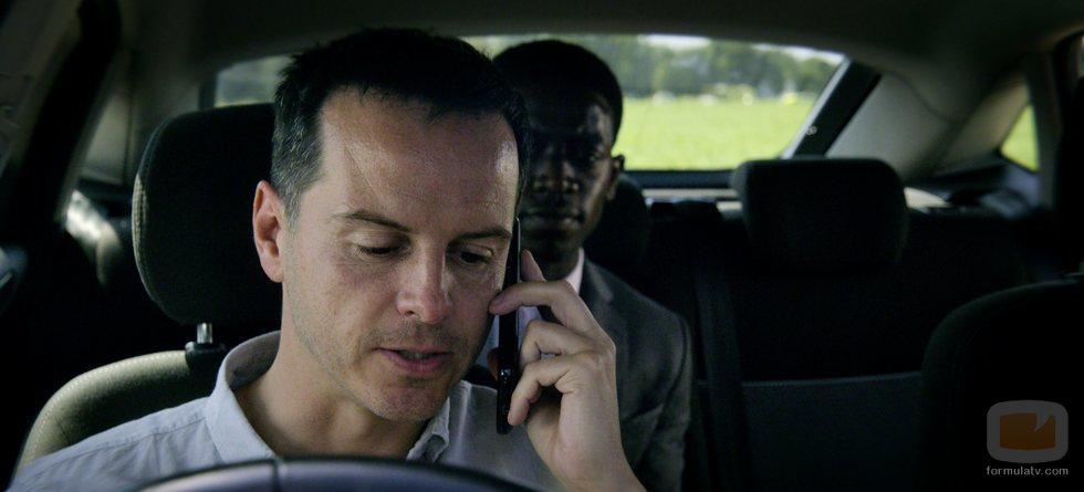 Chris llama por teléfono mientras lleva a Jaden en el 5x02 de 'Black Mirror'