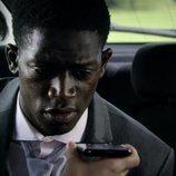 Jaden observa el móvil de Chris en el 5x02 de 'Black Mirror'