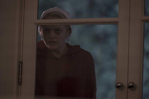 June se esconde tras una ventana en la tercera temporada de 'The Handmaid's Tale'