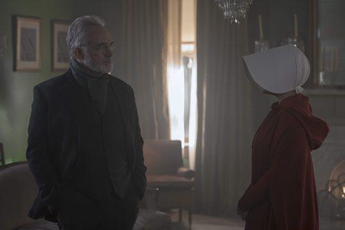 El Comandante Lawrence frente a June en la tercera temporada de 'The Handmaids Tale'