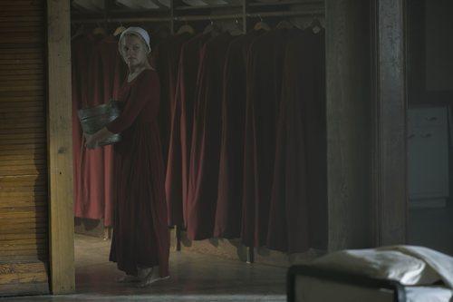 June ejerce de criada una vez más en la tercera temporada de 'The Handmaid's Tale'