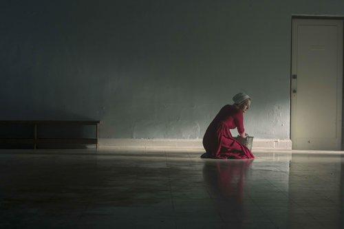 June limpia el suelo en la tercera temporada de 'The Handmaid's Tale'