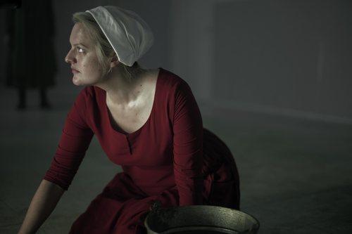 June lanza una mirada desafiante en la tercera temporada de 'The Handmaid's Tale'
