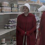 June, de compras en la tercera temporada de 'The Handmaid's Tale'