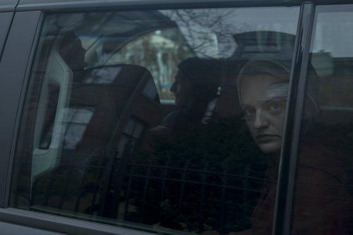 June es transportada en un coche en la tercera temporada de 'The Handmaid's Tale'