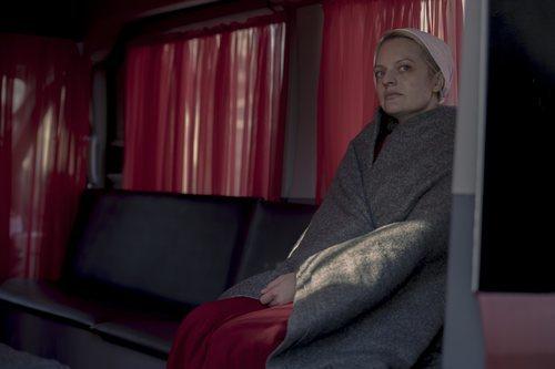 June, sentada en la tercera temporada de 'The Handmaid's Tale'