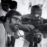 """Chicho Ibáñez Serrador dirigiendo """"¿Quién puede matar a un niño?"""" (1976)"""