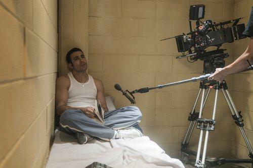 Miguel Ángel Silvestre sentado en la cama de su prisión en 'En el corredor de la muerte'