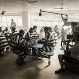 Miguel Ángel Silvestre en el comedor con otros presos en 'En el corredor de la muerte'