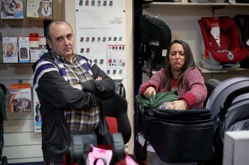 Agustín y Clara miran sillas de bebé en el 11x08 de 'La que se avecina'
