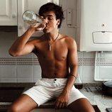 Óscar Casas muy sexy bebiendo agua