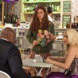 Eliza vendiendo flores en 'Totalmente diva'