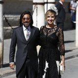Antonio Carmona junto a su mujer en la boda de Pilar Rubio y Sergio Ramos