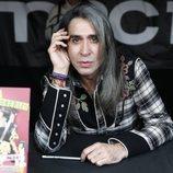 Mario Vaquerizo en un puesto firmando uno de sus libros