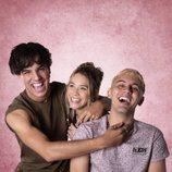 Óscar Casas con Sofía Araujo y Dylan Fuentes, del reparto de 'Siempre bruja'