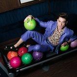 Adrián Lastra entre bolas para jugar a los bolos en un reportaje para Dear Magazine