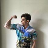 Adrián Lastra marca brazo en un reportaje para Dear Magazine