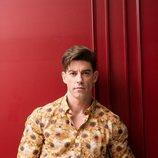 Adrián Lastra con una camisa de margaritas para Dear Magazine