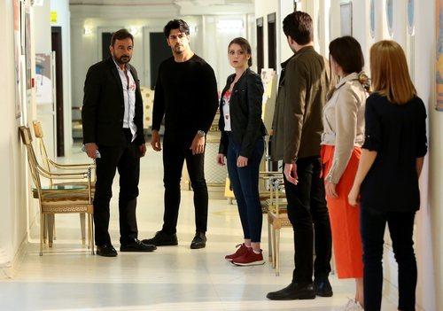 Kemal Soydere, interpretado por Burak Özçivit, en el hospital en el final de 'Kara Sevda' (Amor eterno)
