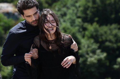 Emir Kozcuoglu sujeta a Nihan Sezin en el final de 'Kara Sevda (Amor Eterno)'