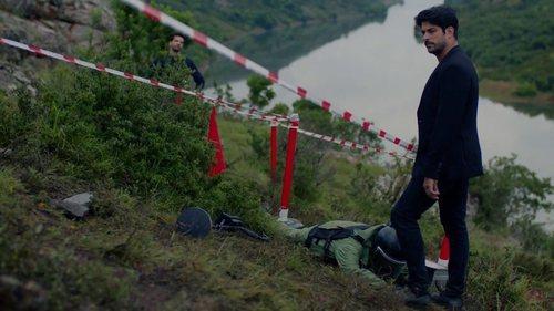 Kemal Soydere sobre una mina en el final de 'Kara Sevda (Amor eterno)'