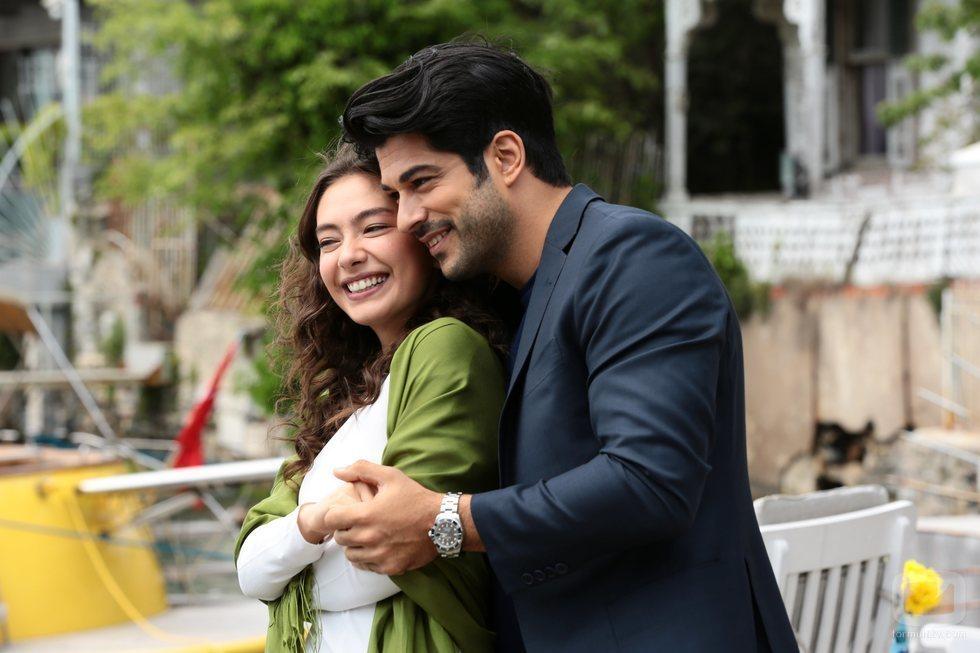Kemal Soydere abraza a Nihan Sezin en 'Kara Sevda (Amor eterno)'